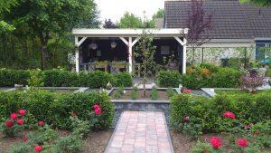 Achtertuin met tuinhuis